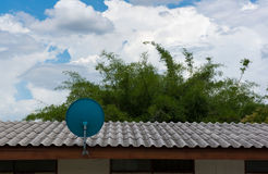 Zielona antena satelitarna na dachu z pięknym niebieskim niebem Zdjęcia Royalty Free