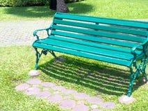 Zielona ławka na cegle w ogródzie lub parku Fotografia Stock