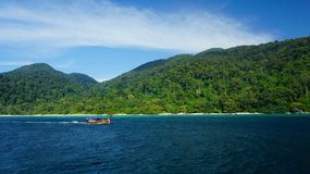 Zielona błękita krajobrazu seascape łódź Zdjęcia Royalty Free