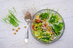 Zielona banatka i mieszana sałatka z chickpeas w pucharze Domowej roboty zdrowi karmowi udziały seasonings obrazy stock