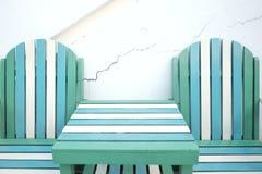 Zielona biała drewniana plażowa ławka z stołem na parterze obraz royalty free