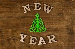 Zielona choinka i znaka nowy rok od drewnianego listu Obrazy Royalty Free