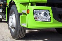 Zielona ciężarówka z dużymi kołami Obrazy Stock