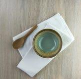 Zielona dishe i drewna łyżka Zdjęcia Royalty Free
