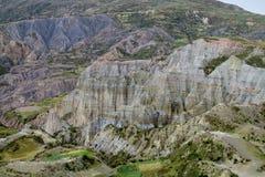 Zielona dolina i jar z rockowymi formacjami zbliżamy los angeles Paz w Boliwia obraz stock