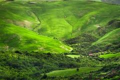 Zielona dolina między wzgórzami w Tuscany fotografia royalty free