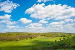 Zielona dolina pod niebem z chmurami Zdjęcia Royalty Free