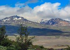 Zielona dolina Thorsmork, z volcanoes, lodowami, zielonym lasem i błękitnym pogodnym niebem w letnim dniu, średniogórza Iceland,  zdjęcie royalty free