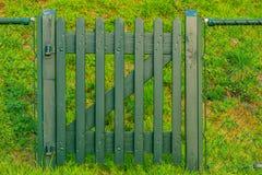Zielona drewniana brama, wejście ogród lub padok, zdjęcie stock