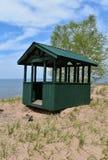 Zielona drewniana chałupa na brzeg Jeziorny przełożony, Michigan zdjęcie royalty free