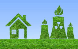 Zielona elektrowni jądrowej ikona na łące Fotografia Royalty Free
