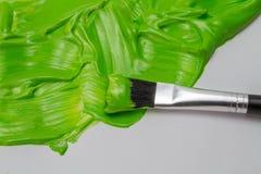 Zielona farba i sztuka szczotkujemy z gęstymi glansowanymi uderzeniami na białej papce zdjęcia royalty free