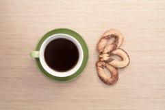 Zielona filiżanka kawy na tle ciastko i stół najlepszy widok Obraz Royalty Free