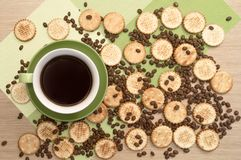 Zielona filiżanka kawy na backround fasole, stole i ciastko i najlepszy widok Obraz Stock