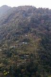 Zielona góra blisko Kangchenjunga góry z wioskami i domy która przeglądają w wieczór w Północnym Sikkim, India Obrazy Stock