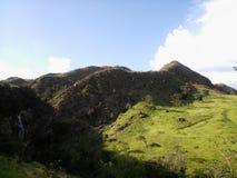 Zielona góra, siklawa, niebieskie niebo, Serra da Canastra, Brazylia obraz royalty free