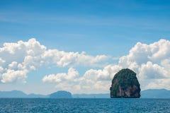 Zielona góra w morzu otaczającym wate Zdjęcie Stock