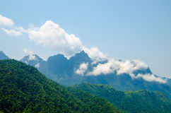 Zielona góra zakrywająca chmurnym niebem Fotografia Royalty Free