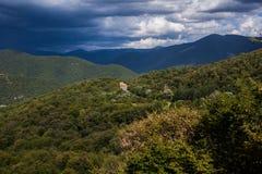 Zielona góra zakrywająca z lasem na niebieskiego nieba tle panorama Zdjęcia Royalty Free