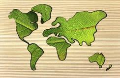 Zielona gospodarka, światowa mapa zakrywająca zielonymi liśćmi Zdjęcia Royalty Free