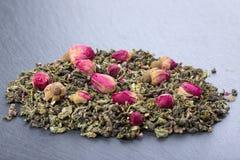 Zielona herbata liście z wzrastali pączki fotografia stock