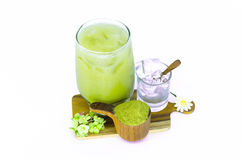 Zielona herbata na drewnianych deskach i zielona herbata proszek z lodem Zdjęcia Royalty Free