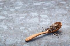 Zielona herbata na drewnianym łyżkowym miejscu nad kuchnia kamienia stołem Obrazy Royalty Free