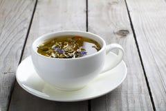 Zielona herbata na drewnianym stole w białej filiżance obraz royalty free