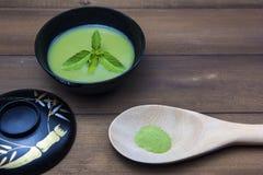 Zielona herbata napój Japonia I zielona herbata proszek umieszczający w łyżce Th Obrazy Royalty Free