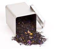 Zielona herbata rozlewa z herbacianego pudełka Zdjęcia Royalty Free