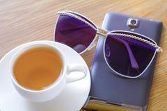 Zielona herbata, słońc szkła i mądrze telefon, obrazy stock