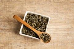 Zielona herbata w łyżce Zdjęcia Royalty Free