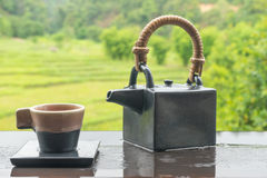 Zielona herbata w filiżance i teapot na drewnianym stole 1 Zdjęcia Royalty Free