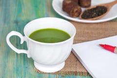 Zielona herbata z dojnym lub gorącym matcha latte z trzciną Zdjęcia Stock