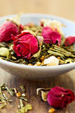Zielona herbata z owoc, pikantność, różani płatki Fotografia Stock
