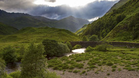 Zielona i luksusowa roztoka w Szkocja średniogórzach po deszczu Zdjęcie Royalty Free
