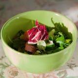 Zielona i magenta sałatka w zieleń talerzu Kuchnia salowy sunlight Lekka kolacja Zdjęcia Stock