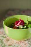 Zielona i magenta sałatka w zieleń talerzu Kuchnia sunlight Lekka kolacja Obraz Stock