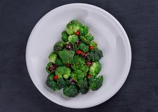 Zielona jarzynowa kapusta na stole w białym talerzu Zdjęcie Stock