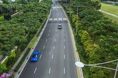 Zielona jezdnia z samochodami fotografia royalty free