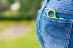 Zielona kądziołek zabawka dla nerwu kłama w kieszeni na tle zielona trawa Obraz Stock