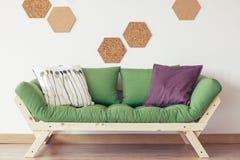 Zielona kanapa w inspirującym wnętrzu fotografia stock
