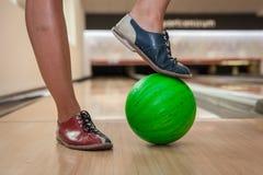 Zielona kręgle piłka w nowym kręgle centrum Fotografia Stock