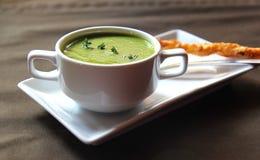 Zielona kremowa polewka seler z krakersem Fotografia Stock