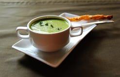 Zielona kremowa polewka seler z krakersem Obraz Royalty Free