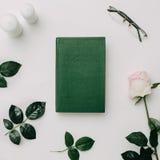 Zielona książka, szkła, menchii róża na białym tle Mieszkanie nieatutowy Obrazy Stock
