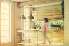 Zielona kuchnia, drewniane konsole, strona, tonująca ilustracji