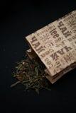 Zielona liść herbata rozlewająca na stole Obraz Stock