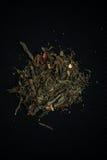 Zielona liść herbata rozlewająca na stole Fotografia Stock