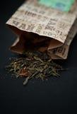 Zielona liść herbata rozlewająca na stole Obrazy Royalty Free